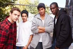 Grupp av unga män i anseende för stads- inställning vid Fe royaltyfria bilder
