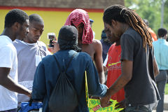 Grupp av unga män som ber i Ferguson Fotografering för Bildbyråer