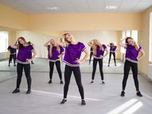Grupp av unga moderna dansare i studion royaltyfri bild