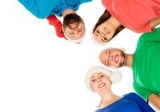 Grupp av unga och lyckliga tonåringar i julhattar Fotografering för Bildbyråer