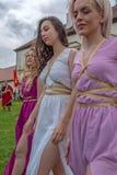 Grupp av unga rumänska flickor i specifika romerska klänningar royaltyfri bild