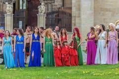Grupp av unga rumänska flickor i specifika romerska klänningar royaltyfria bilder