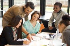 Grupp av unga studenter som tillsammans studerar Royaltyfria Bilder