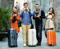 Grupp av unga turister med kameror royaltyfri bild
