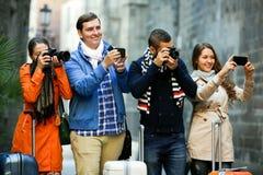 Grupp av unga turister med kameror royaltyfria foton