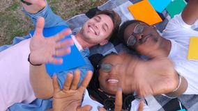 Grupp av unga vänner som vinkar deras armar som gesthälsningbegrepp l?ngsam r?relse stock video