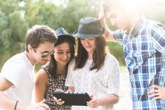 Grupp av unga vuxna vänner som tar Selfie fotografering för bildbyråer