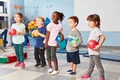 Grupp av ungar i idrottshallen royaltyfri bild