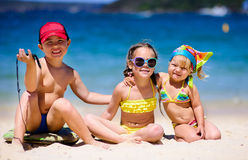 Grupp av ungar på en strand royaltyfri bild