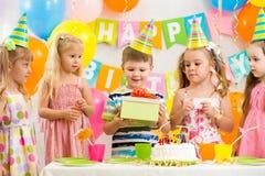 Grupp av ungar på födelsedagpartiet royaltyfri fotografi