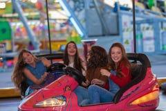 Grupp av ungar på funfairen eller nöjesplats Fotografering för Bildbyråer