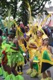 Grupp av ungar som dansar på den Notting Hill karnevalet Arkivfoton