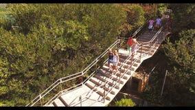 Grupp av ungar som får ner från trappuppgång stock video