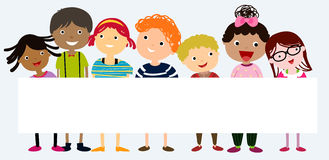 Grupp av ungar som har gyckel och banret Arkivbilder