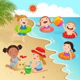 Grupp av ungar som har gyckel på stranden stock illustrationer