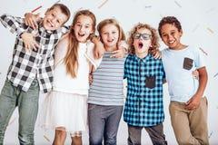 Grupp av ungar som i rad står Royaltyfri Fotografi