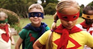 Grupp av ungar som låtsar för att vara en toppen hjälte lager videofilmer