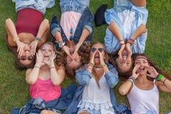 Grupp av ungar som ropar eller kallar Arkivfoton
