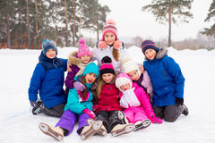 Grupp av ungar som sitter på isen royaltyfria bilder