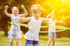Grupp av ungar som spelar i sommar Fotografering för Bildbyråer