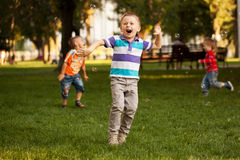 Grupp av ungar som spelar i stads- grannskap Arkivbild
