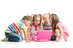 Grupp av ungar som spelar på bärbara datorn Arkivfoton