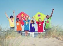 Grupp av ungar som spelar på stranden royaltyfri foto
