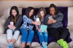 Grupp av ungar som tar en individuell selfie royaltyfri fotografi