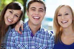 Grupp av ungdomar le Arkivfoto