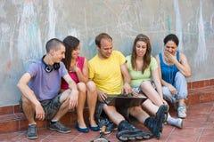 Grupp av ungdomar som har gyckel Fotografering för Bildbyråer