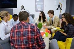 Grupp av ungdomar, Startup entreprenörer som arbetar på deras företag i coworking utrymme arkivbilder