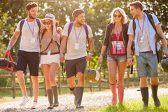 Grupp av ungdomargående campa på musikfestivalen royaltyfria bilder