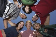 Grupp av ungdomari cirkel Royaltyfri Fotografi