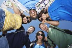 Grupp av ungdomari cirkel Arkivbild
