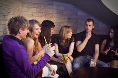 Grupp av ungdomari en nattklubb royaltyfria foton