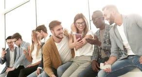 Grupp av ungdomarsom diskuterar ny information royaltyfria foton