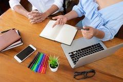 Grupp av ungdomarsom l?r studera kurs i arkiv under att hj?lpa undervisa v?nutbildning f?r att f?rbereda sig f?r examen, ungdomun arkivbild