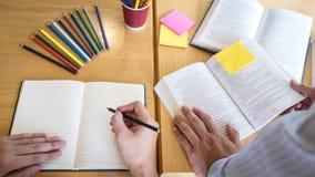 Grupp av ungdomarsom l?r studera ny kurs till kunskap i arkiv under att hj?lpa undervisa v?nutbildning f?r att f?rbereda sig f?r royaltyfri bild