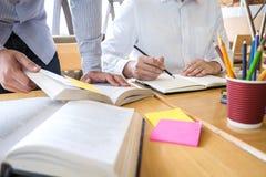 Grupp av ungdomarsom l?r studera ny kurs till kunskap i arkiv under att hj?lpa undervisa v?nutbildning f?r att f?rbereda sig f?r arkivbilder