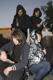 Grupp av ungdomarsom poserar med knivar Arkivbilder