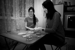 Grupp av ungdomarsom spelar kort Royaltyfria Bilder