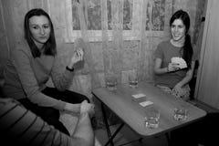Grupp av ungdomarsom spelar kort Royaltyfria Foton