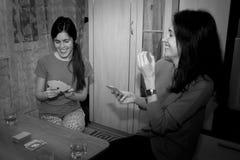 Grupp av ungdomarsom spelar kort Royaltyfri Fotografi