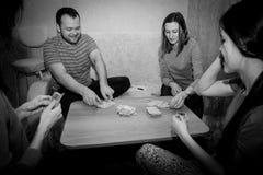 Grupp av ungdomarsom spelar kort Royaltyfri Foto