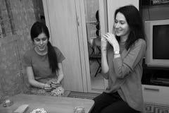 Grupp av ungdomarsom spelar kort Royaltyfri Bild