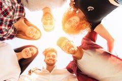 Grupp av ungdomarsom står i en cirkel, utomhus Arkivbilder
