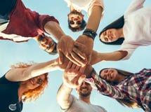 Grupp av ungdomarsom står i en cirkel, utomhus Arkivbild