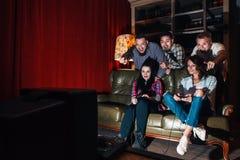 Grupp av ungdomlekvideospelet, konkurrens, gyckel royaltyfri bild