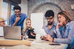 Grupp av ungt affärsfolk i smarta tillfälliga kläder som tillsammans arbetar arkivfoton