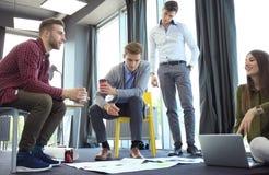 Grupp av ungt affärsfolk och formgivare Dem som arbetar på nytt projekt Startup begrepp arkivbild